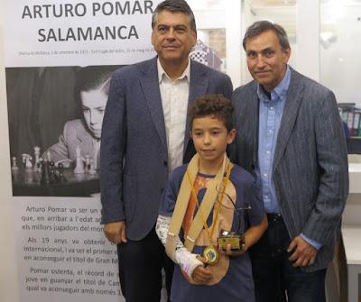 Jan Travesset con el trofeo de campeón sub12 del I Memorial Arturo Pomar Salamanca Barcelona 2016