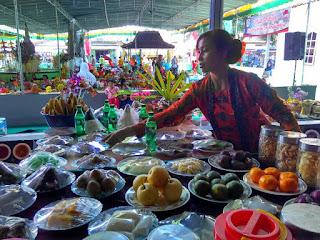 Warga Dlimas, Kecamatan Ceper, Klaten menyiapkan ubarampe sesaji Tradisi Bersih Desa Tanjungsari