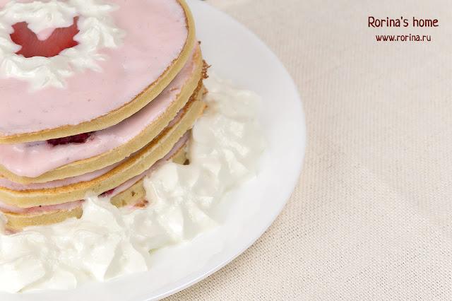 Торт из блинов с клубничным кремом и сливками