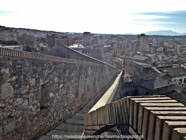 Passeio pela ronda da muralha, cidade de Girona