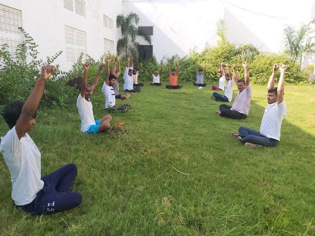 खुद कोरोना पॉजिटिव हो चुके युवा शिक्षक अब मरीजों को सीखा रहे योग के गुर