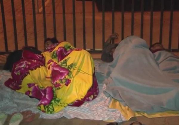 Eleitores baianos dormem na fila para tentar regularizar título. (Foto: Reprodução/TV Bahia)