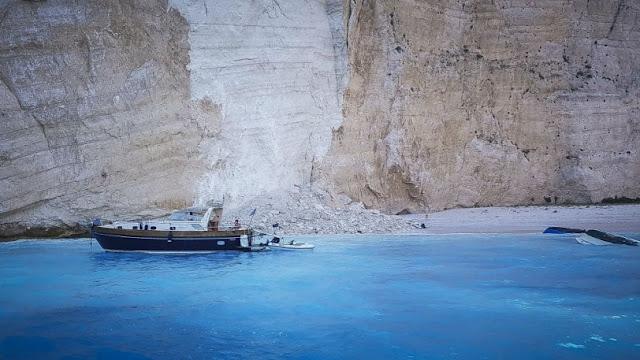 Ζάκυνθος:  Τη στιγμή της αποκόλλησης του βράχου στην παραλία με το Ναυάγιο