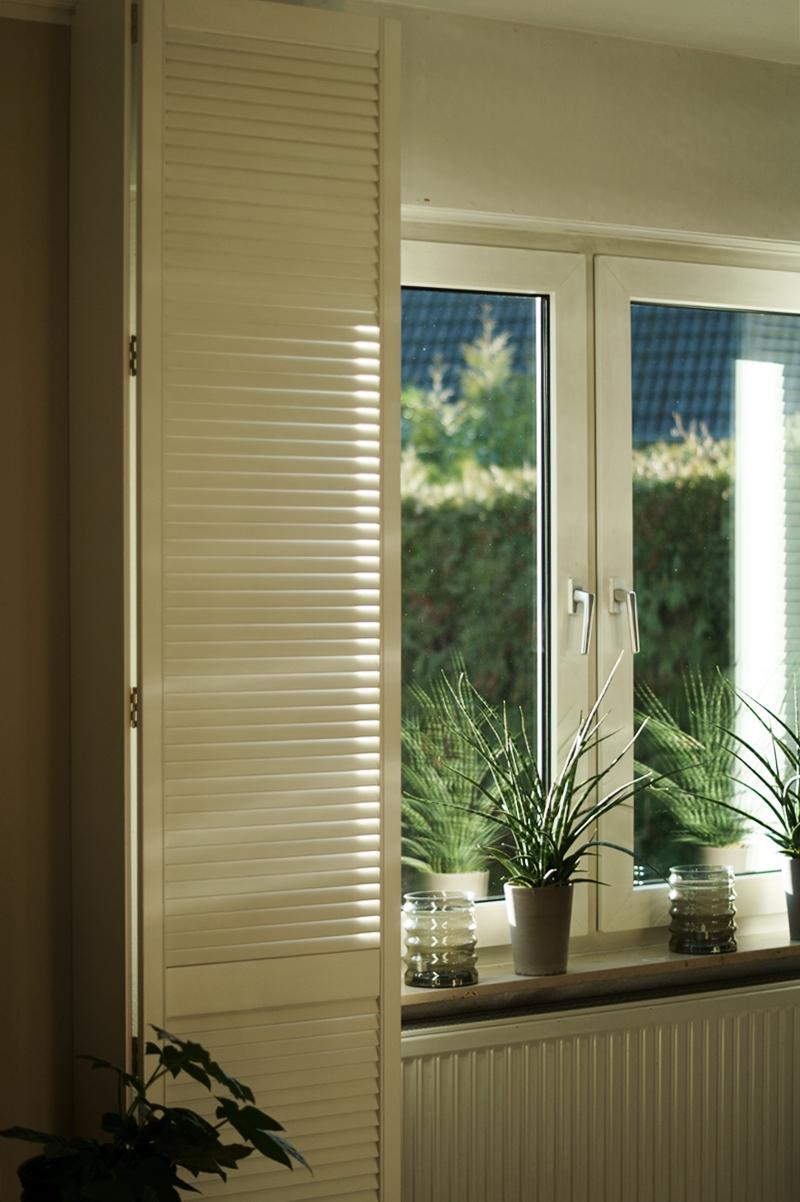 Blog + Fotografie by it's me! - Rooming, Wohnzimmer - Sonnenschein durch Fensterläden
