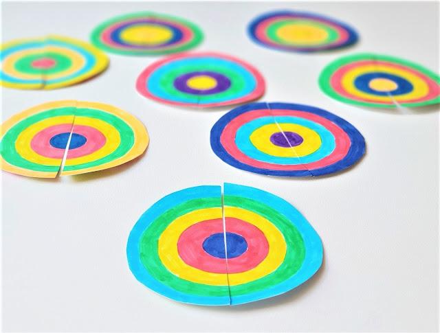 na zdjęciu widać osiem kół rozciętych na dwie połowy, każde z kół ma narysowane kilka okręgów w różnych kolorach