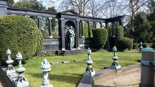 http://www.rp-online.de/nrw/panorama/nordfriedhof-die-graeber-der-reichen-aid-1.1144580