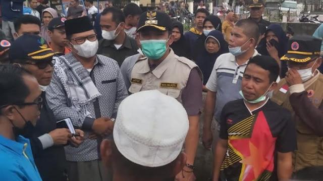 Alvia Santoni dan Rombongan Pemkot Sungaipenuh Tinjau Lokasi Kebakaran Dujung Sakti.lelemuku.com.jpg