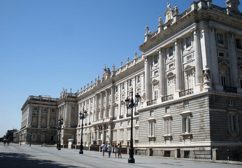 fachada principal del palacio real desde la plaza de la plaza de oriente