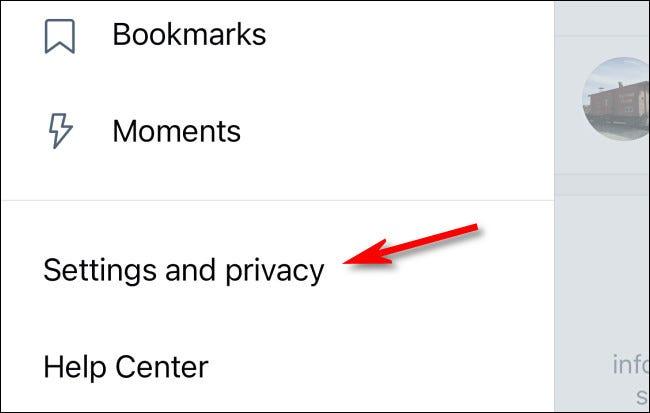 """في إعدادات Twitter ، انقر على """"الإعدادات والخصوصية""""."""
