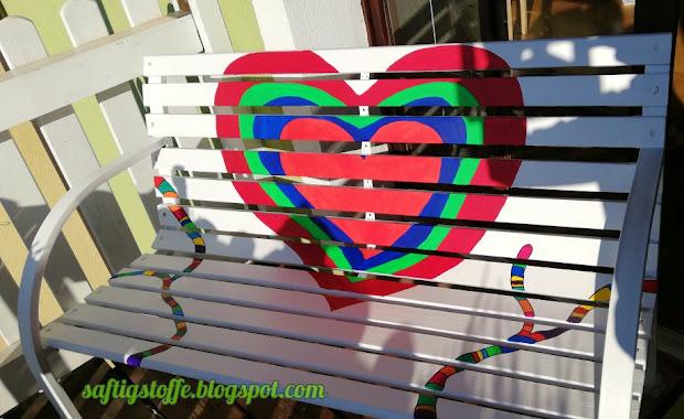 Gartensitzbank mit bunten Motiven von Niki de Saint Phalle