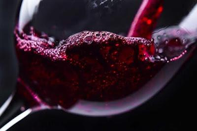 I sommozzatori aprirono una delle bottiglie e scoprirono che si trattava di vino del naufragio.