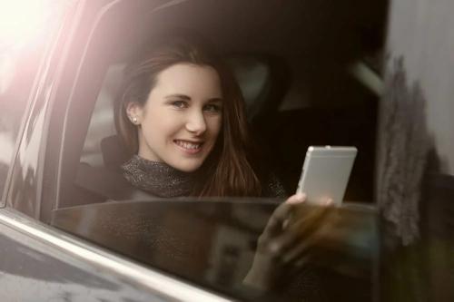 Wanita cantik pegang smartphone