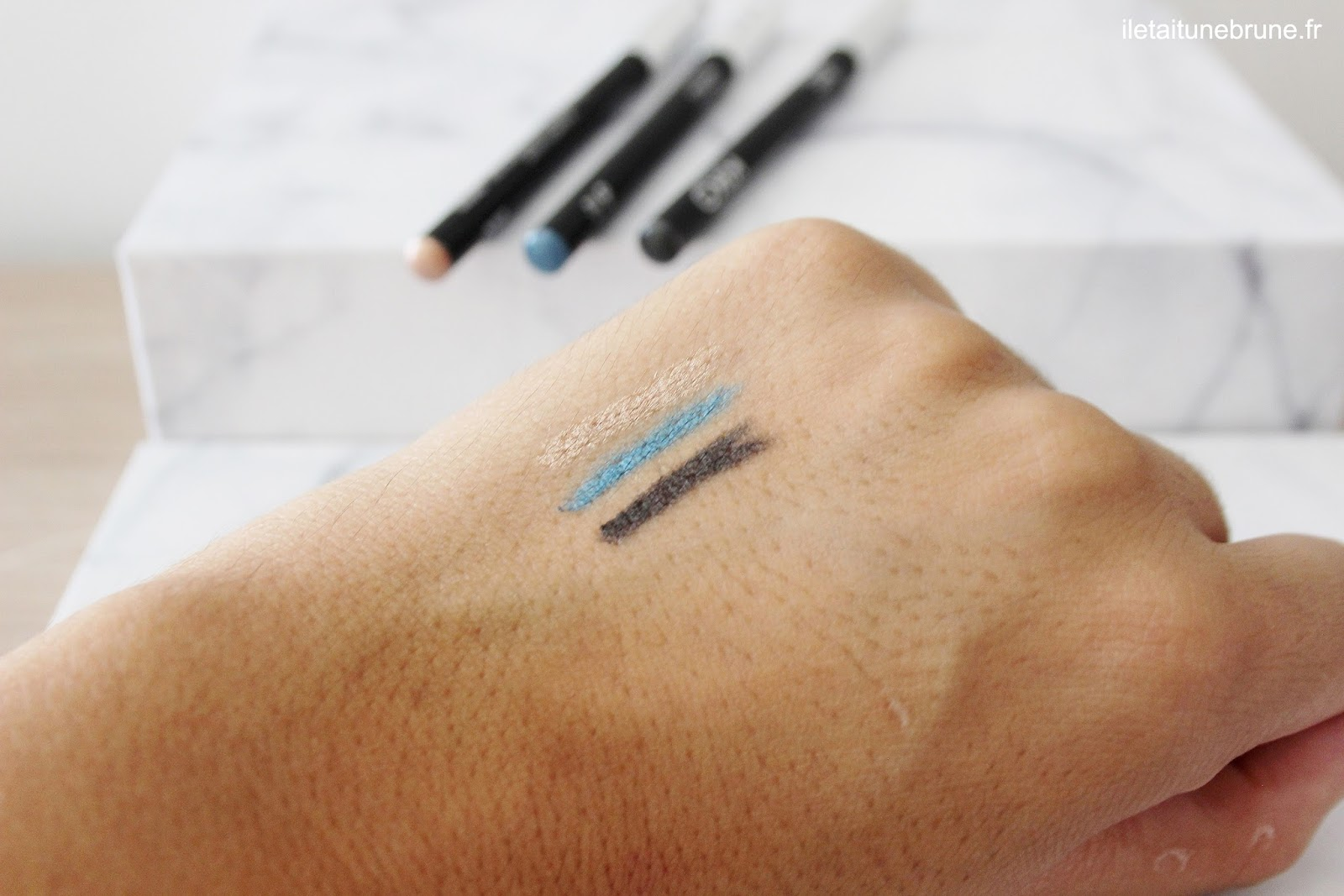 swatches des smart eye pencil golden stilk, mid blue et smoke grey