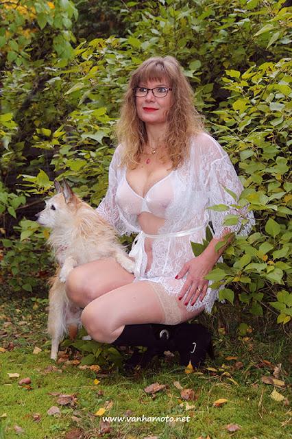 www.vanhamoto.net; Viivi; seetrough dressing gown; big breasts; highheel boots; dog; läpinäkyvä aamutakki; isot rinnat;