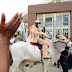 Prefeito eleito de Jacobina vai à posse vestido de vaqueiro e montado em boi