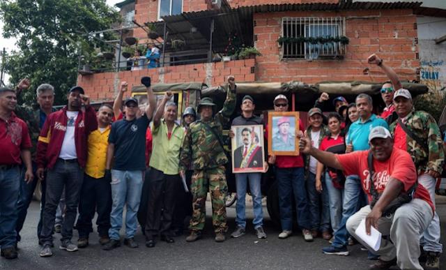 """Colectivos chavistas prometieron defender a Nicolás Maduro con el """"fusil en la mano"""""""