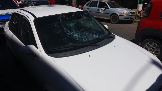 Motorista quebra para-brisa de carro de mulher com socos após colisão