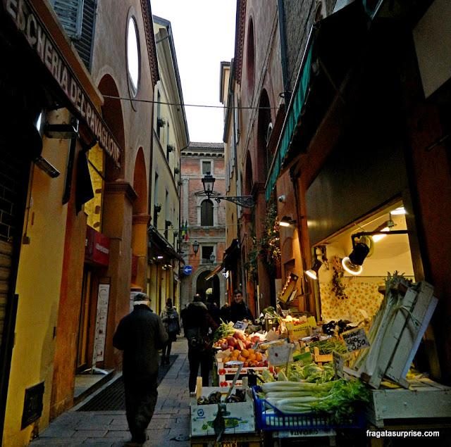 Bancas de hortaliças do Mercato del Mezzo, Bolonha, Itália