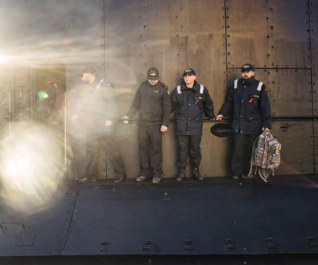 Varios marineros en cubierta. CARMEN SECANELLA