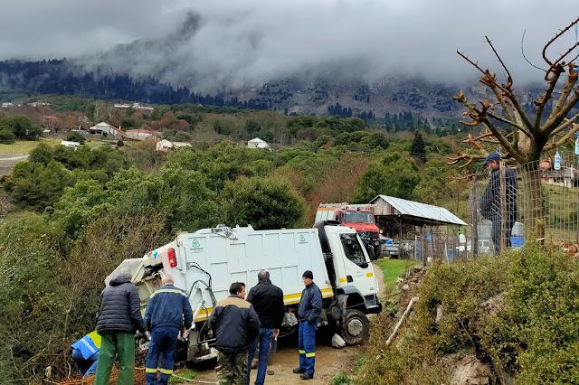 Απορριμματοφόρο του Δήμου Γ. Καραϊσκάκη παραλίγο να πέσει σε γκρεμό στην Μεγαλόχαρη