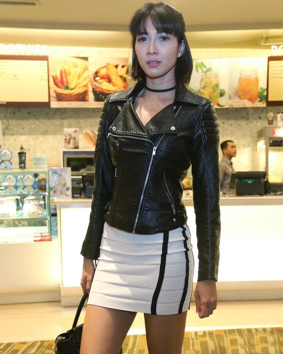 Jaket Kulit dan rok mini seksi  artis FTV Andrea Dian