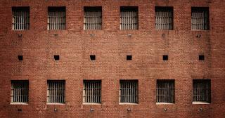 صورة لمبنى سجن جامعة ستانفورد الذي احتوى تجربة الدكتور زيمباردو
