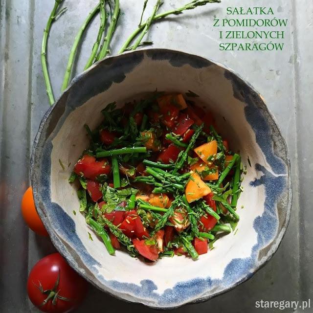 Ciepła sałatka z zielonych szparagów i pomidorów
