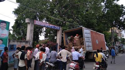 बख्तियारपुर थाना में ट्रक से गांजा तलाश करते हुए