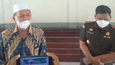 Bupati Pasbar, Hamsuardi beri keterangan kepada wartawan
