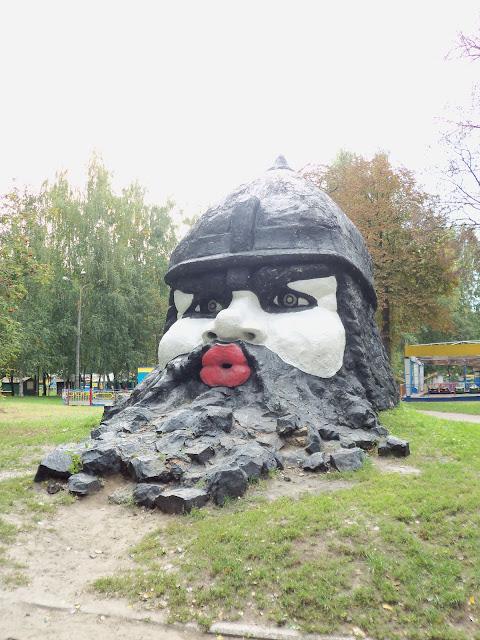 Большая голова в городском парке в Сумах
