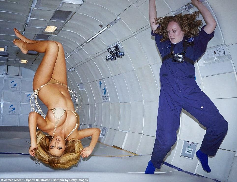 Model Ini Berbikini dalam Ruang Gravitasi Nol