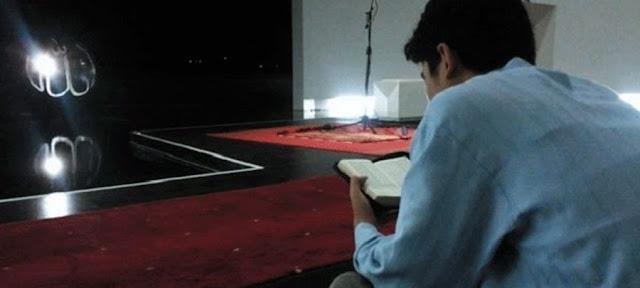 https://1.bp.blogspot.com/-HB72EX4iKk0/V2XlAsLUsfI/AAAAAAAAAgo/qhF_gknalSYI9-4rkox8iw3dN7X7zEiUACLcB/s1600/Pria-sedang-membaca-Al-Quran-di-dalam-Masjid-Al-Irsyad-compressed.jpg