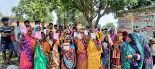राशन कार्ड बनाने के नाम पर धन उगाही व प्रति यूनिट एक किलो राशन कम देने पर ग्रामीणों ने किया विरोध प्रदर्शन | #NayaSaberaNetwork