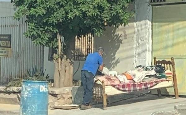 Abuelito de 80 años, duerme en la calle porque su hijastro le quitó su casa