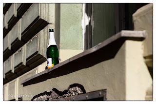 Buli után megmaradt pezsgős üveg egy szegedi ablakpárkányon