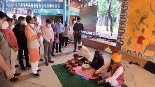 मुख्यमंत्री शिवराजसिंह चौहान ने हस्तकौशल विमुक्त, घुमक्कड़ और अर्द्धघुमक्कड़ कला शिविर 'निस्पन्द' का अवलोकन किया