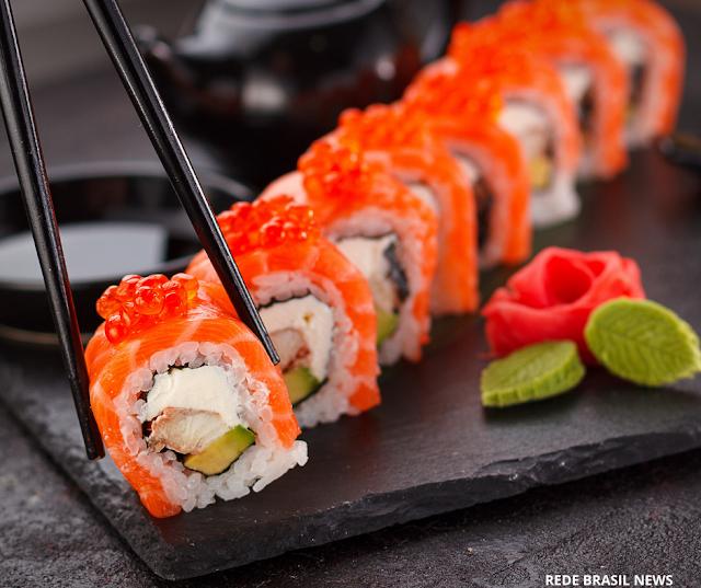 Mulher fica com cólicas estomacais e alucinações por meses por causa de sushi; entenda