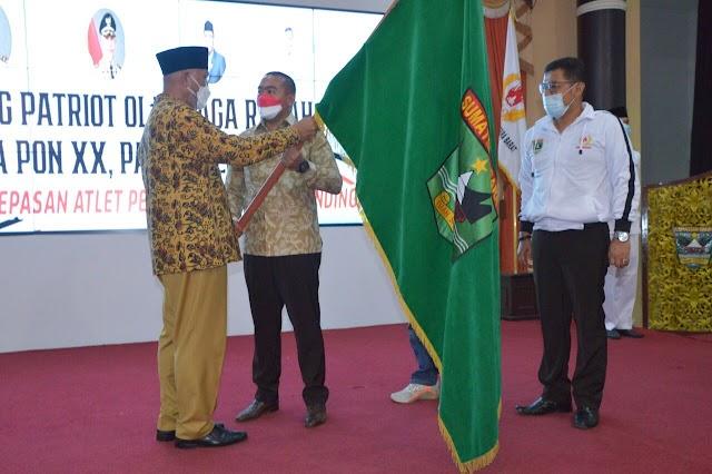 Gubernur Lepas Secara Resmi Kontingen PON Sumbar ke Papua