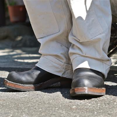 足馴染みの良さと撥水性、そして革本来のしっかりとしたコシが生む履き心地がオーナーの足元を守ります。