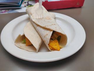 täytettyjä tortillalettuja lautasella. tortilloihin on työnnetty haarukka pystyyn.