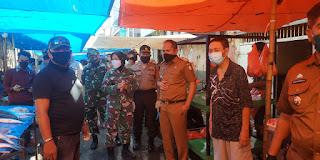 Tiga Pilar Kecamatan Wajo Patroli ke Sejumlah Pasar Imbau Warga Cegah Covid-19