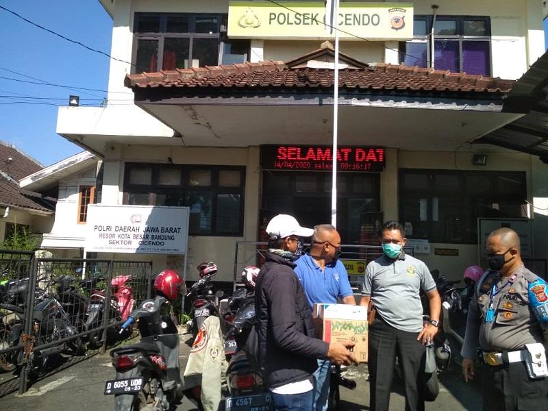 Pedagang Helm Menyumbang Masker Dan Sarung Tangan