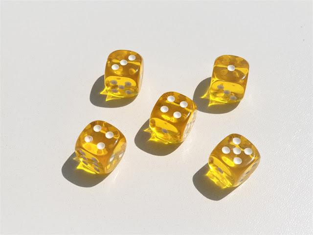 żółte kostki do gry użyte do gry matematycznej dla dzieci
