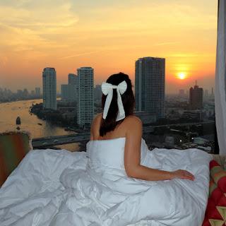 Alessia Siena guarda il tramonto dalla stanza dell'hotel Shangri-La Bangkok