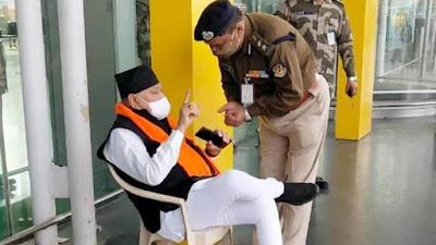 नरेंद्र मोदी के भाई प्रह्लाद मोदी सहयोगियों की गिरफ्तारी के विरोध में लखनऊ के अमौसी एयरपोर्ट पर धरने पर बैठ गए। नरेंद्र मोदी के भाई प्रह्लाद मोदी,prahlad-modi-baieth-gaya-dharne-par,प्रह्लाद मोदि बइठ गया धरन पार,PMO Office,पीएमओ ऑफिस ,Amausi Airport,अमौसी एयरपोर्ट पर धरने पर बैठ गए।