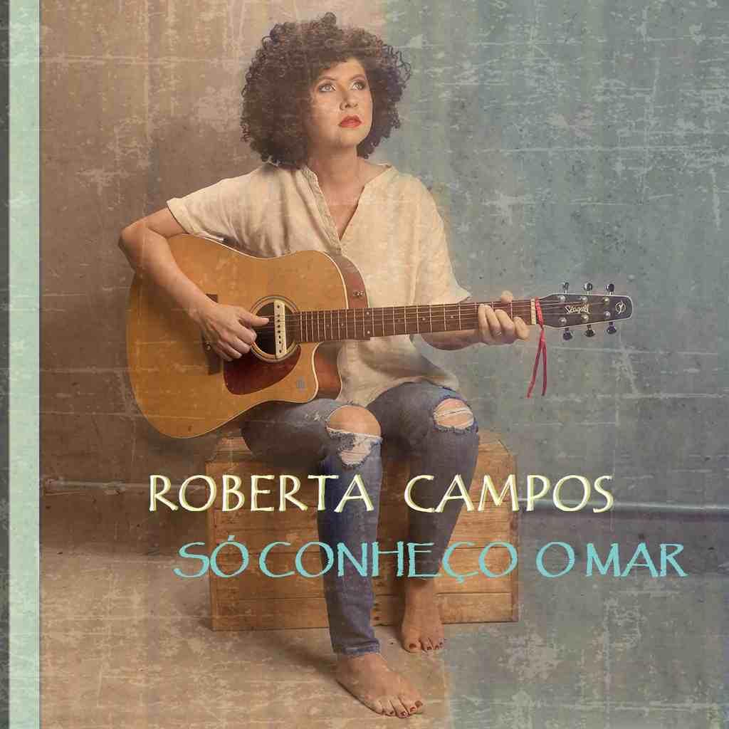 """Depois de passar o mês de outubro gravando em estúdio, Roberta Campos lança nesta sexta-feira, 11 de dezembro, pela Deck, o EP """"Só Conheço o Mar"""" com cinco músicas inéditas e autorais em meio à pandemia."""
