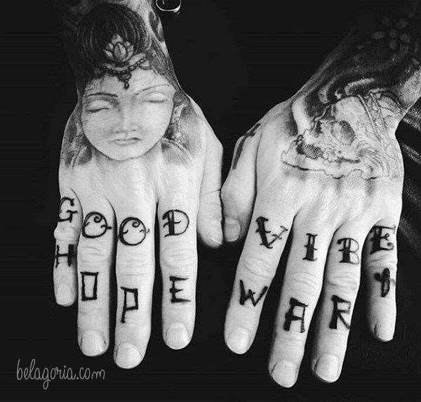 Un tatuaje en los dedos