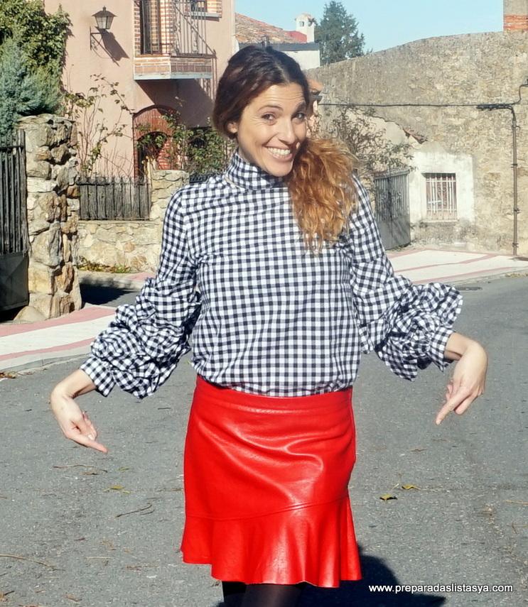 Falda de cuero roja de volantes