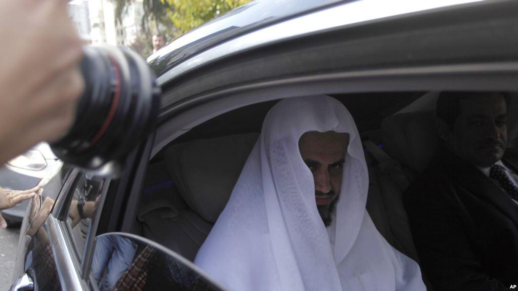 El fiscal Saud al-Mojeb sale del consulado de su país en Estambul / AP
