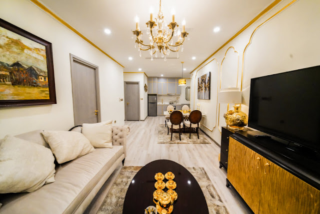 Không gian dát Vàng ngoài phòng khách của Golden Lake